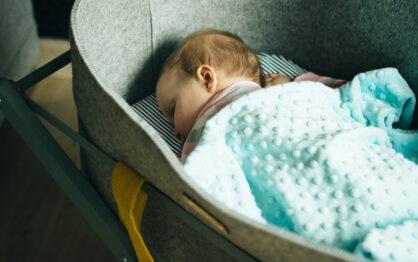 """5 pomysłów na """"łóżeczko"""" dla noworodka"""