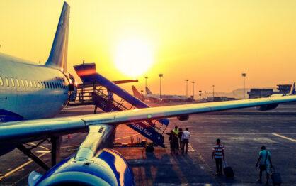 Niemowlak w samolocie – jak przeżyć pierwszy lot?