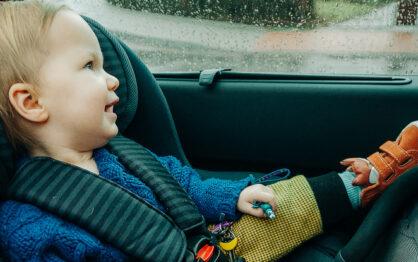 Foteliki samochodowe – jak wybierać, kiedy zmienić i czego nie kupować