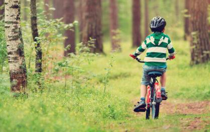 Pierwszy prawdziwy rowerek – jak wybierać i jak nauczyć dziecko na nim jeździć