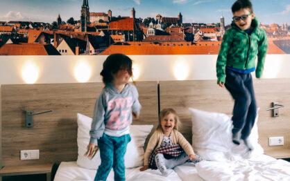 Hotel, hostel czy mieszkanie, czyli jak podróżować z rodziną i godnością