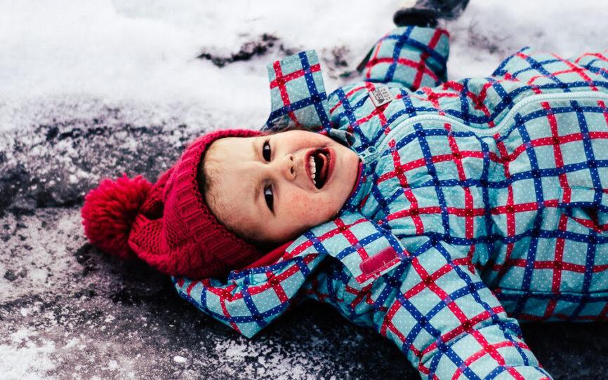 Kurtki i kombinezony, czyli jak kupować zimowe ciuchy dla dzieci?
